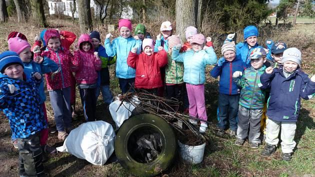 Děti z jarošovské základní a mateřské školy uklízely obec i její okolí.