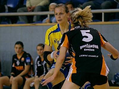 SPOJKA. Lucie Zbožínková se do sítě Mostu trefila třikrát, ale její výkon limitovalo ne zcela doléčené zranění kotníku.