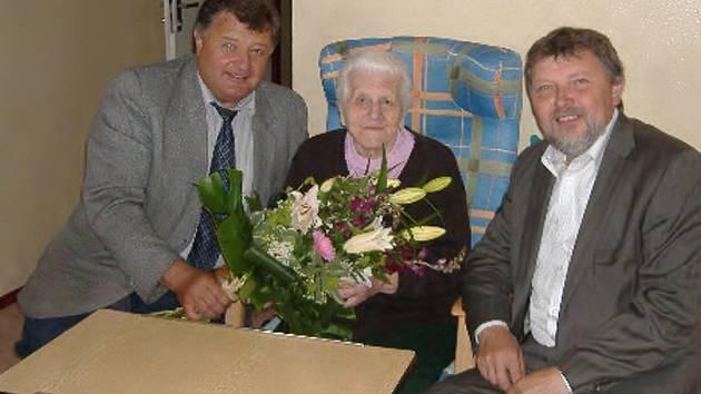 V červnu oslavila své 98. narozeniny nejstarší občanka Třeboně  Marie Jírková, rodačka z Břilic.  V současné době se stále těší dobré kondici. K narozeninám jí přišli popřát také starosta Třeboně Jan Váňa (na snímku vlevo) a místostarosta Zdeněk Mráz.