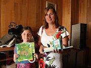 Dětské knížky věnovala do Kabelkového veletrhu Zdeňka Kosová s dcerou Lucií z Kunžaku.