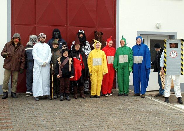 Masopust vČeském Rudolci pořádají místní hasiči a sportovci. Letos obcí prošla patnáctka masek.