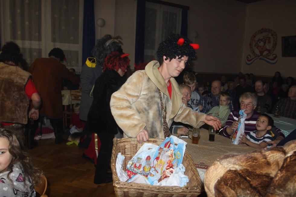 V Políkně řádili čerti a bavili děti i dospělé.