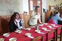 Soutěž silvestrovských salátů ve Dvorech nad Lužnicí.