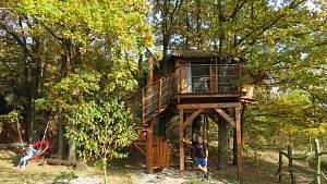 Tohle je ráj na jihu Čech. Dovolenou tu lze strávit ve srubu na vodě i na stromě.