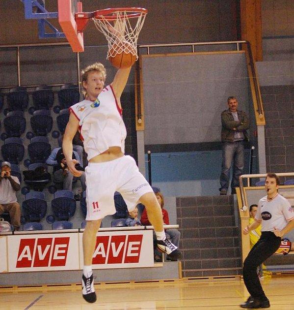 K výraznému vítězství jindřichohradeckých basketbalistů nad Pískem přispěl devíti body i Zdeněk Šebela.