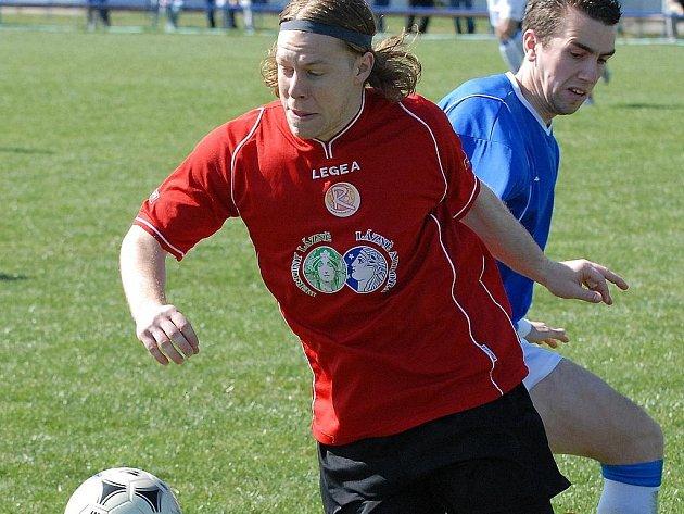 Krajní záložník fotbalové Jiskry Třeboň  Ondřej Procházka (vlevo) svedl proti Královu Dvoru nejeden srdnatý souboj, ale vítěze divizní utkání tentokrtá nemělo. Třeboň doma remizovala 2:2.