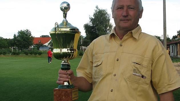 Předseda výkonného výboru okresního fotbalového svazu Jindřichohradecka Rudolf Hanzalík s  putovní trofejí určenou vítězi okresní části Poháru ČMFS.