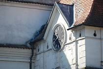 Pohled na hodiny nad Nežáreckou bránou v J. Hradci.