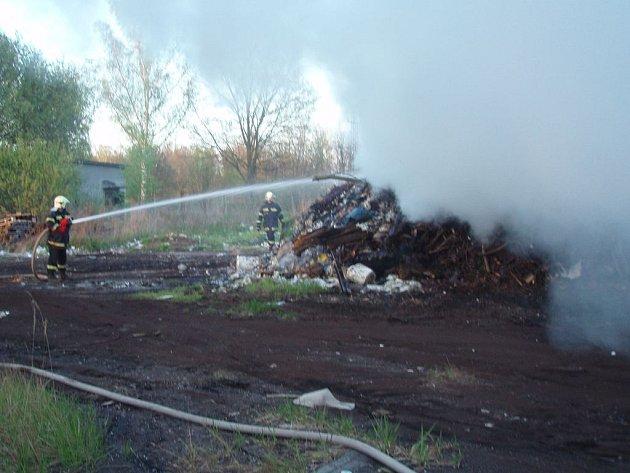 Hasiči v Suchdole nad Lužnicí 30. dubna likvidovali požár skládky v bývalém závodě Delty.