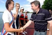 řeboňské veslařky Blanka Šindlerová a Hana Janátová (zleva) vybojovaly na nedávném republikovém šampionátu juniorský titul v posádce čtyřka bez kormidelnice. K úspěchu jim pogratulovat i starosta Třeboně Jan Váňa.