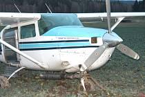 Na poli u Hospříze nouzově přistálo letadlo.