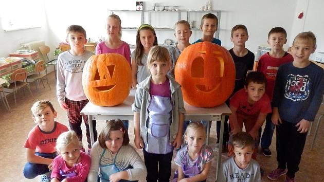 Děti z lodhéřovské malotřídky vyřezávaly halloweenské dýně.