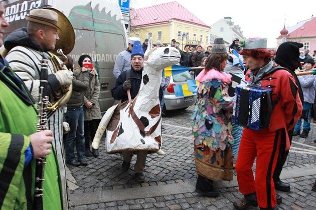 Masopustní průvod centrem Jindřichova Hradce skončil na náměstí Míru, kde se konaly soutěže v pojídání zabijačkových specialit.