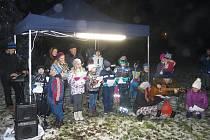 V Peči se o Vánocích na návsi zpívaly koledy.