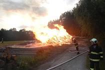 Uhasit hromadu klestu trvalo rychle, dobrovolní hasiči ale požářiště hlídali celou noc.