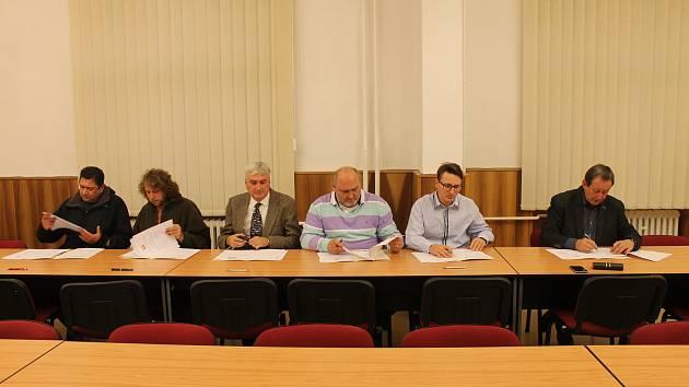 Dohodu o koaliční spolupráci podepsali zástupci Patriotů, Pirátů, SNK-ED a STAN, ODS, ANO a ČSSD.