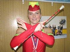 Mažoretka Zuzana Kuchtová je v čele dačických Dračic. Na snímku má medaili z letošního ročníku Dačického Poháru, kde s ostatními vybojovaly 3. místo za miniformaci.