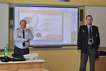 Stanislav Zelenka a Tomáš Nikrmayer na přednášce pro studenty.