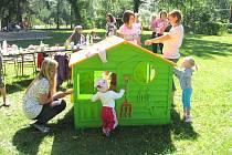 Maminky s dětmi se v klubu Piškůtek v Českých Velenicích scházejí každé úterý.