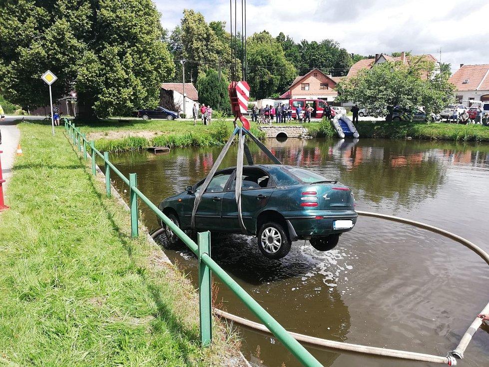 Hasiči v Budíškovicích na Dačicku vytahovali auto, které skončilo v rybníku na návsi.