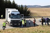 Blokáda hraničního přechodu Slavonice - Frantres. Jeden český kamion narušil plynulý průjezd osobních aut, když se postavil napříč silnice s tím, že se nebude otáčet.