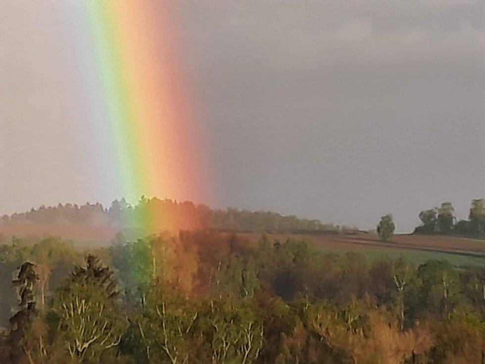 V pondělí večer se na jihu Čech vytvořila duha, místy i dvojitá.
