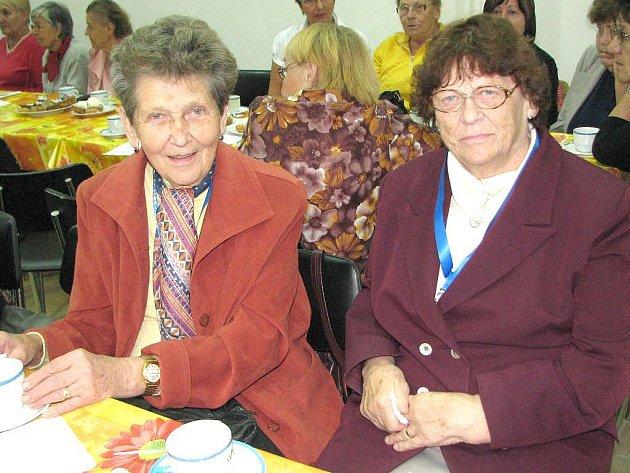 Popovídat si s bývalými kolegy z práce a seznámit se s novinkami, to byl smysl setkání bývalých a současných zaměstnanců dačické nemocnice u příležitosti 60. výročí otevření. Na snímku jsou Marie Jirsová (vlevo) a Jitka Maříková.