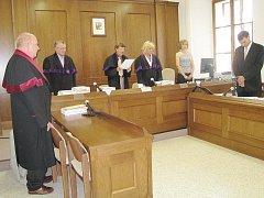 V kauze filatelisty z Příbramska podl u Okresního soudu v Jindřichově Hradci rozsudek. Na snímku ho čte předseda senátu Vlastimil Sítař.