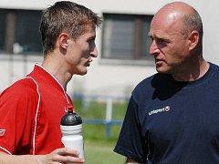 Trenér Jiskry Třeboň Miroslav Wolf na snímku vpravo, v rozhovoru se zadákem Janem Tůmou.