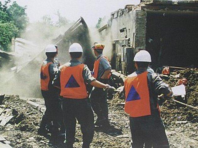 Na Moravě v roce 1997 při povodních pomáhali také jindřichohradečtí vojáci záchranáři.