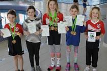Úspěšná výprava hradeckých plavců. Zleva: Šimon Gregor, Karolína Kůrková, Simona Pavlíková, Eliška Jahodová a Lucie Pavlíková.