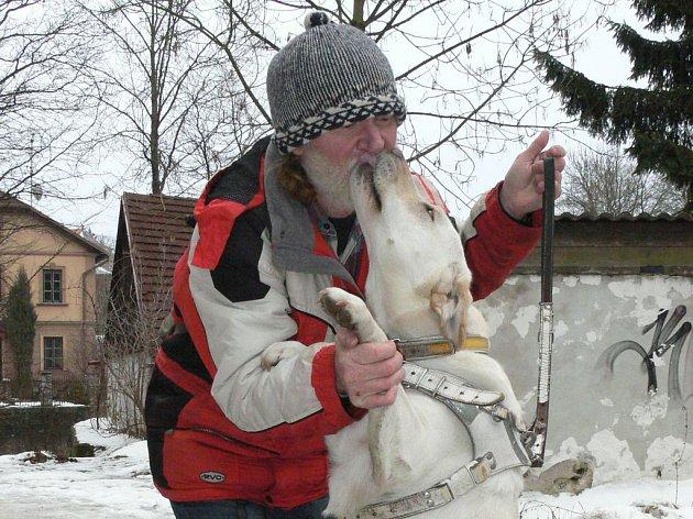 NEVIDOMÝ Alois Hudeček z Jindřichova Hradce je dnes zcela odkázaný na svého vodícího psa – fenu Iris, která mu nahrazuje nefunkční zrak.