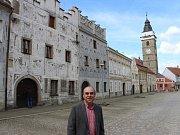 Slavonické náměstí vyprázdnili filmaři. Průvodcem pořadu o památkách byl herec Miroslav Táborský.