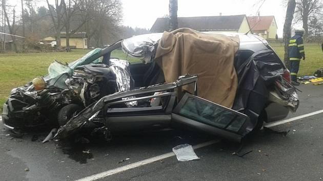 Tragická nehoda u Lásenice. Po střetu s kamionem zemřela žena v osobním autě.