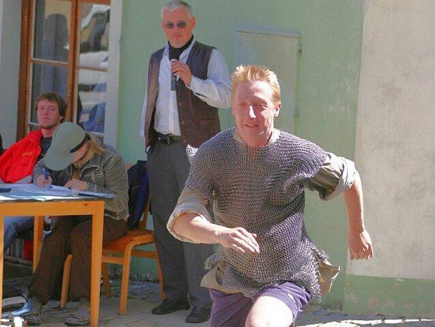 V roce 2007 se na jindřichohradeckou věž běhalo i v drátěné košili. Na snímku je Lukáš Kalkus.