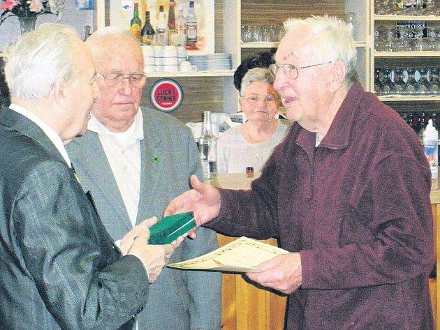 Vladimír Lopaťuk (vlevo) předává pamětní medaili Miloslavu Hirschovi z Jindřichova Hradce. Přihlíží jednatel českobudějovického svazu PTP Václav Šulista.
