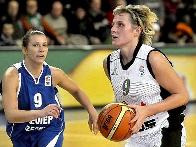 Hana Horáková (vpravo) opět oblékne brněnský dres.