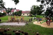 Nová odpočinková zóna a dětské hřiště v Jarošově nad Nežárkou nabývá díky místním lidem podobu, kterou obohatí objekty z chystaného Sochařského sympozia