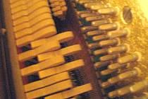 Pohled do útrob pianina. Ilustrační foto.