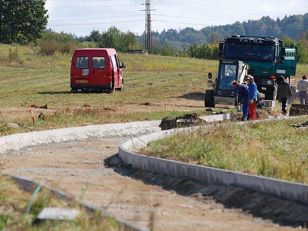 Nově budovaná cyklostezka z jindřichohradeckého sídliště Vajgar na Otín.