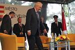 Prezident Miloš Zeman v pátek v rámci návštěvy Jihočeského kraje dorazil do Českých Velenic. Před komunitním centrem Fénix ho čekali místní občané, se kterými po uzavřeném jednání s představiteli města pobesedoval.