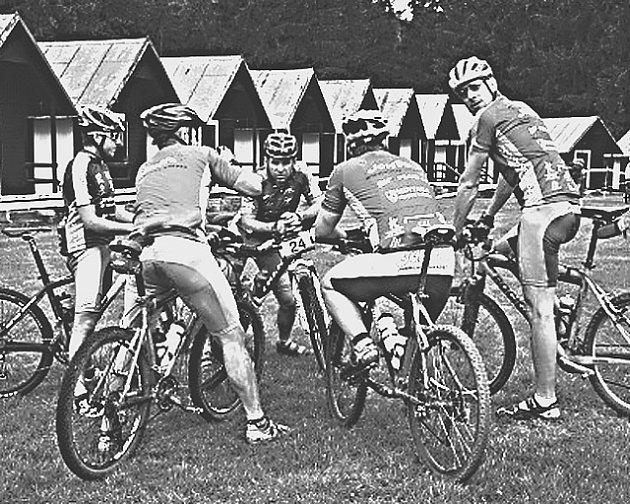 PŘED STARTEM. Ještě nezbytná taktická porada před dalším těžkým závodem na horských kolech v podání cyklisté stáje Bike sport Joma (zleva) Kníže, Spurného,  Raby, Dvořáka a Tancera.