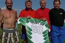 Malá slavnost předcházela sobotnímu utkání okresního fotbalového přeboru Stará Hlína – Studená (4:3). Domácí funkcionář a  velký patriot starohlínské kopané Jan Hrubý (druhý zprava) oslavil v minulém týdnu  60. narozeniny.