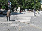 Zatímco zdravý člověk s chůzí po přechodech na Masarykově náměstí nemá problémy, zrakově postižení spokojeni nejsou.