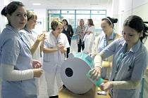 Ukázka správného mytí rukou v jindřichohradecké nemocnici.