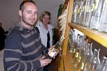 Ochutnávka ovocných destilátů ve Stříbřeci.