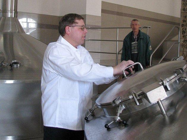 Třeboňský pivovar Regent. Moderní varnu obsluhuje Ladislav Kouba.