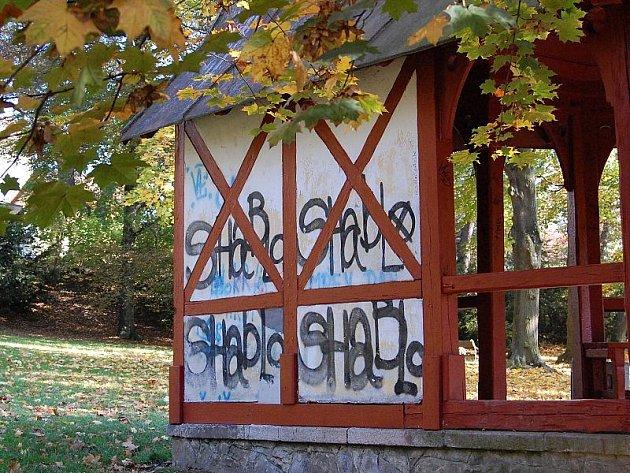Vyzdobený altán v jakubském parku pod gymnáziem J. Hradci.