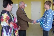 ZA ODVAHU A STATEČNOST při záchraně tonoucího muže poděkoval strmilovský starosta Jaromír Krátky žákovi 7. třídy Ondřeji Machoňovi.