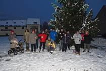 Při rozsvícení vánočního stromu ve Starém Městě pod Landštejnem nechyběl svařák a čaj.